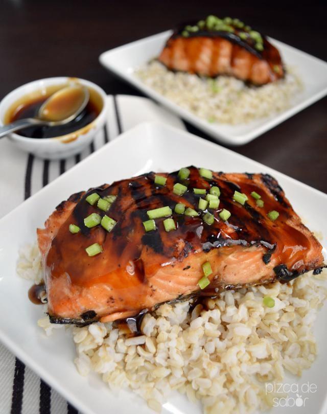 Salmón a la parrilla con salsa teriyaki. Acompáñalo con arroz, pasta, ensalada o vegetales a la parrilla.