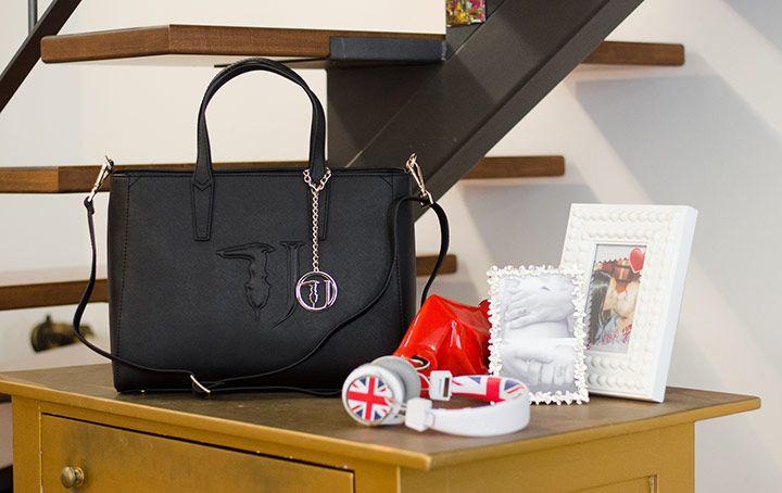 Itbag Trussardi colore Nero. Disponibile Online su Carpel Shop.
