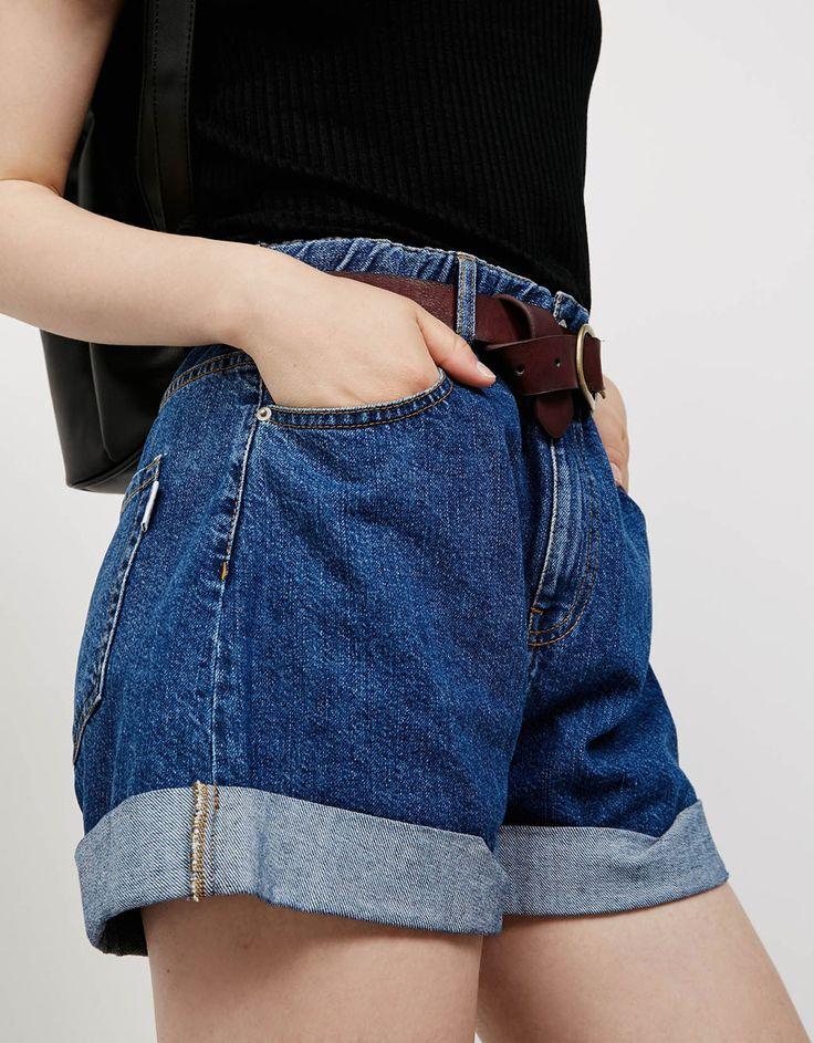 Luźne spodenki jeansowe z gumką w pasie i wywiniętymi nogawkami - Szorty - Bershka Poland