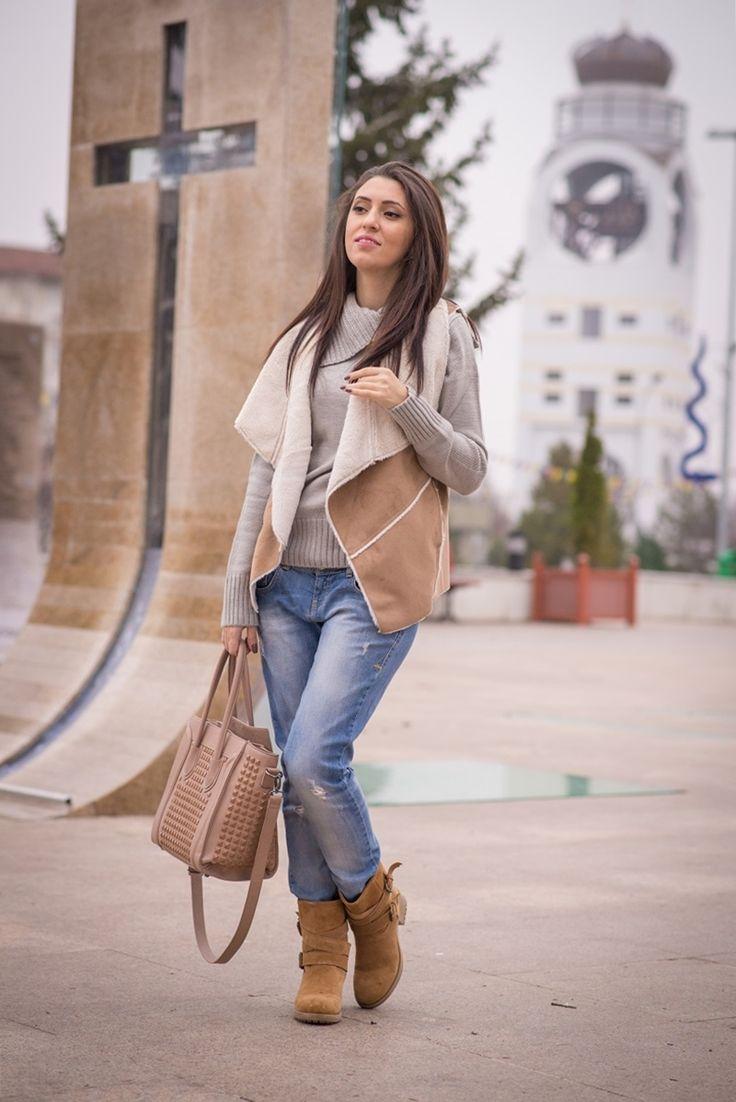 vesta maro, boyfriend jeans, blugi rupti, ghete maro (4)