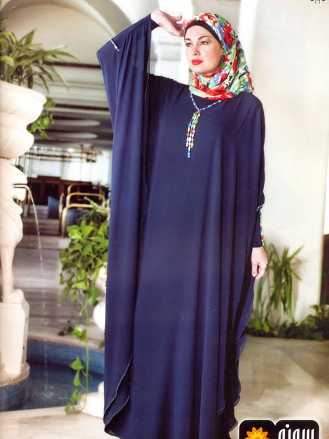 This looks very comfortable yet elegant - I really like the navy blue and the colours in her hijab - I'd wear this :)