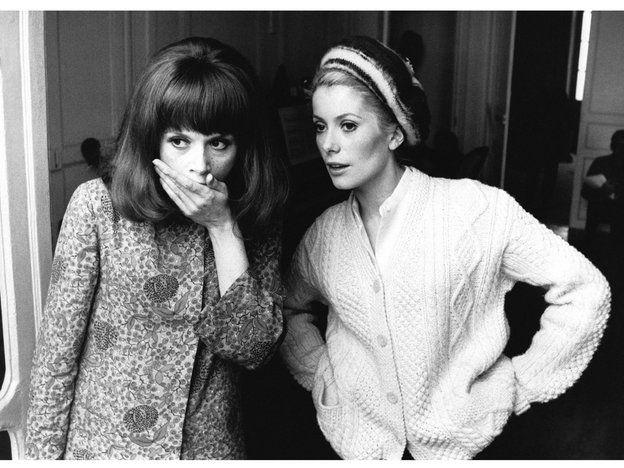 【ELLE】カトリーヌ・ドヌーヴはケーブル編みニットで上品着こなし|お手本は往年女優! ニット&カーディガンを上品モードに着る方法とは?|エル・オンライン