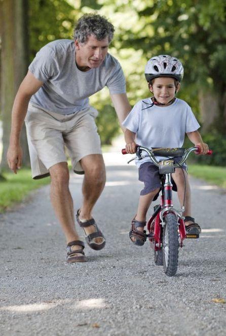 Fahrrad fahren lernen ist ein besonderer Moment in der eigenen Kindheit. Wir geben wertvolle Tipps, damit du deinem Kind das Fahrrad fahren erfolgreich beibringst. #Kind #Kinder #Fahrradfahren #RundumsKind #Fahrrad #Verkehr