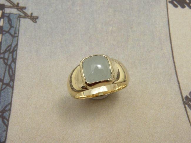 * gemstones and pearls | oogst-sieraden * Ring * Geelgouden tapse verlopende bolle pinkring met kussenvormige aquamarijn * Maatwerk *