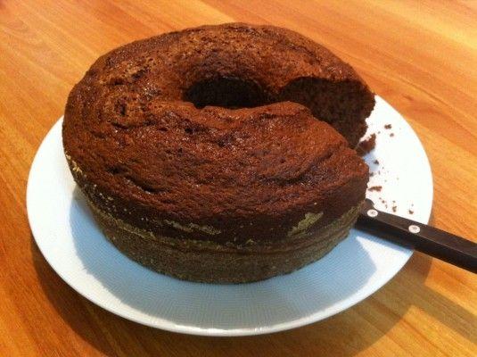 Começo o post de hoje confessando a vocês que tenho dificuldade em fazer bolos. Quase todas as vezes que me aventurei a botar a mão na massa e testar uma r