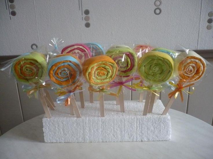Des sucettes réalisées avec des serviettes en papier de couleur