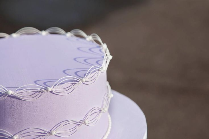 Oriental stringwork is a delicate piping technique that can be used to create gorgeous trellis and ornamental elements with royal icing. These stylish elements add panache and an extremely professional look to decorated cakes. Read on for inspiration from this beautiful and fascinating cake piping technique!