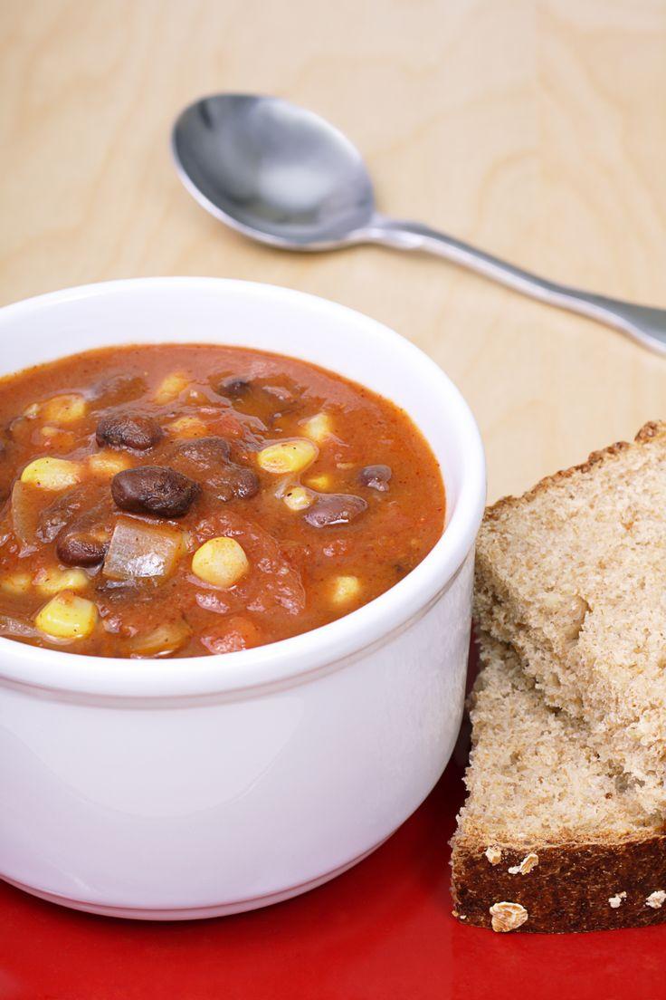 Deze zwarte bonensoep Mexican style maak je supersnel. Met dank aan deze blog voor het idee. Lekker! In een grote soeppan bak je de uien in de olijfolie tot ze zacht zijn.Roer de chilipoeder, knoflookpoeder, komijn, zout en peper er doorheen.Roer de zwarte bonen en tomaten erbij.Breng aan de kook en laat twee minuten doorkoken. […]