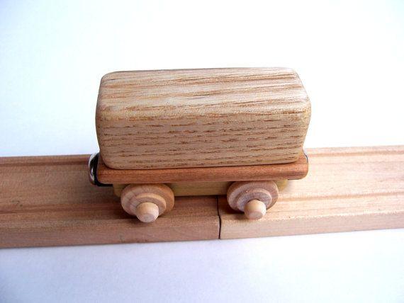 Cette petite voiture est amusant, parce que la partie supérieure se détache quand vient le temps de décharger. Le plat est cerise, et la boîte est sassafras. Il est non peint, en utilisant seulement les teintes naturelles de différents types de bois pour fournir la variété de couleurs. Les roues tournent librement et sadapter sur les rails de train en bois standard (brio, thomas, ikea, mellissa et doug, etc..). Les trains sont reliés par des aimants puissants et ils sont amusants avec ou…