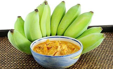 """Hier finden Sie ein köstliches Bananen-Curry Rezept. Kochbananen haben in Asien eine grosse Bedeutung für die Gesundheit. Wegen ihres hohen Gehalts an Nährstoffen wie Kalium, Magnesium, sowie Vitamin B und C wird die Kochbanane auch als die """"Kartoffel der Tropen"""" bezeichnet."""
