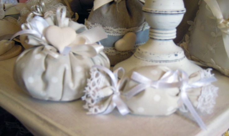 Favor bag with heart in chalk scented Mathilde M., polka dot cotton fabric.  Complete with 5 sugared almonds in PVC box.