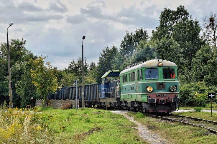 ST43-368+ kioskowata SM42 ze składem węglarek z Sobótki Zachodniej przejeżdżają przez ul.Kobierzycką, opuszcając teren dawnej stacji Wrocław Klecina, i kierują csię w stronę Partynic i ul. Zwycięskiej.
