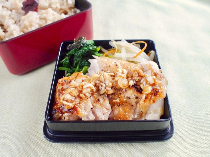 玄米ご飯230g(梅干)、鶏塩焼葱香味ソースがけ、ほうれん草磯部和、もやしナムル(人参、胡瓜)、