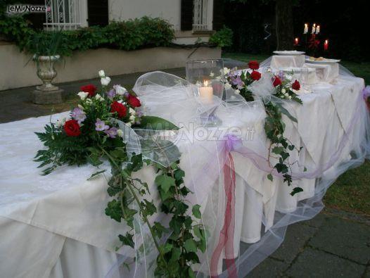 http://www.lemienozze.it/gallerie/foto-fiori-e-allestimenti-matrimonio/img29683.html Allestimento con fiori per il matrimonio rossi, tulle e candele per il tavolo del buffet