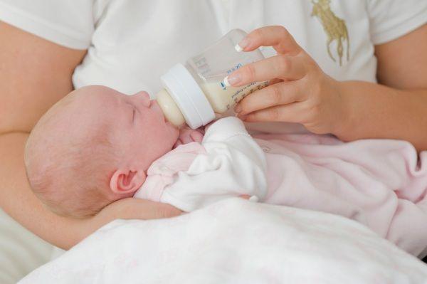 Il latte materno è la scelta ideale per il neonato almeno per i primi sei mesi di vita. Ma se per qualunque motivo non è possibile allattarlo al seno, ecco le regole da seguire su come scegliere il latte artificiale, sulle dosi e quantità, sulla preparazione e sterilizzazione con la consulenza di un neonatologo<br />