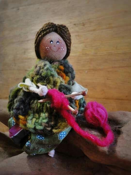 --> Mini Tejedora   100% hecho a mano con lana natural y materiales reutilizados.  Sector Cardonal, Curanipe, región del Maule, Chile.