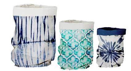 Set van 3 papieren zakken van Urban Nature Culture (UNC). De binnenzijde van de zakken is van plastic. Daardoor zijn de zakken voor allerlei doeleinden te gebruiken. Je kunt er brood of bestek in doen voor op de eettafel. Maar ook leuk om er een plantenpot of bloemenvaas in te zetten.