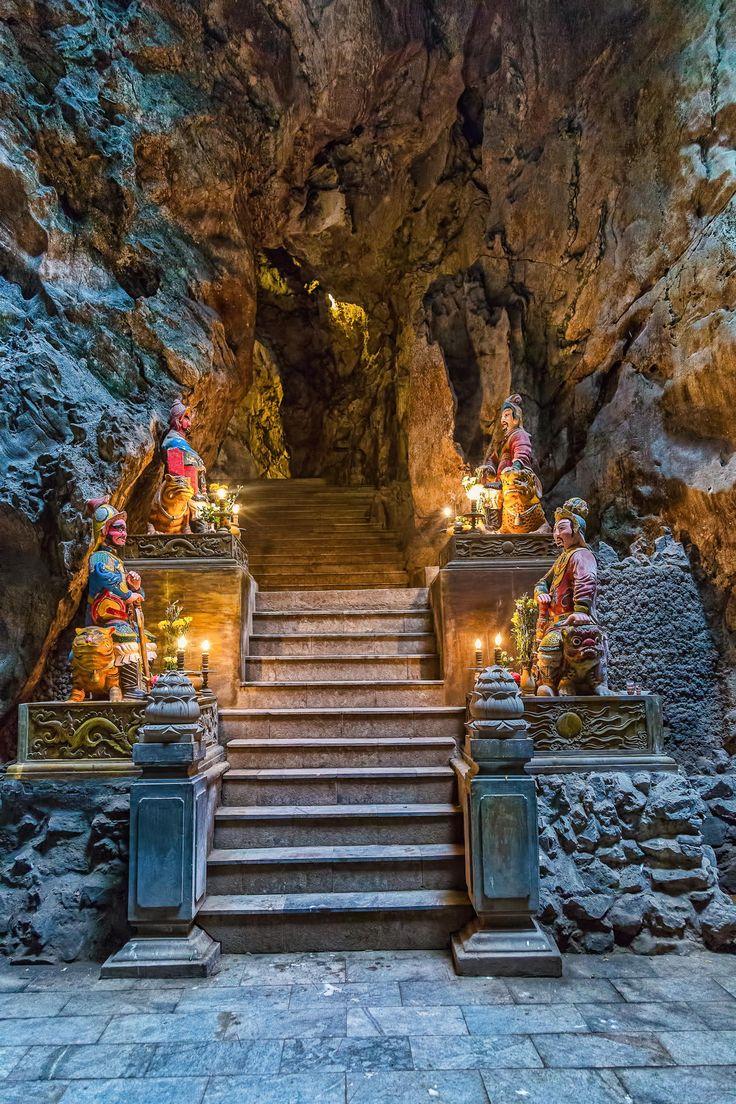 Ces cinq montagnes sont nommées d'après les cinq éléments : Kim (métal), Thuy (l'eau), Moc (le bois), Hoa (le feu) et Tho (la terre). Toutes ces montagnes ont des grottes et de nombreux tunnels et il est même possible de grimper au sommet de l'une d'entre elle. De plus, plusieurs sanctuaires bouddhistes peuvent être trouvés lors de la découverte des lieux, ce qui en fait une destination touristique renommée.