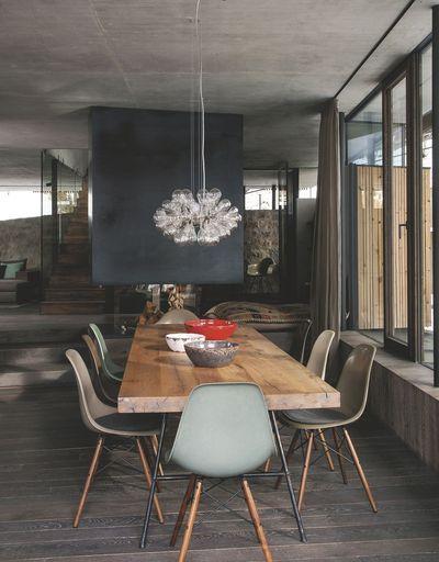 Une salle à manger rustique dans un chalet en Autriche. Plus de photos sur Côté Maison http://petitlien.fr/7smq