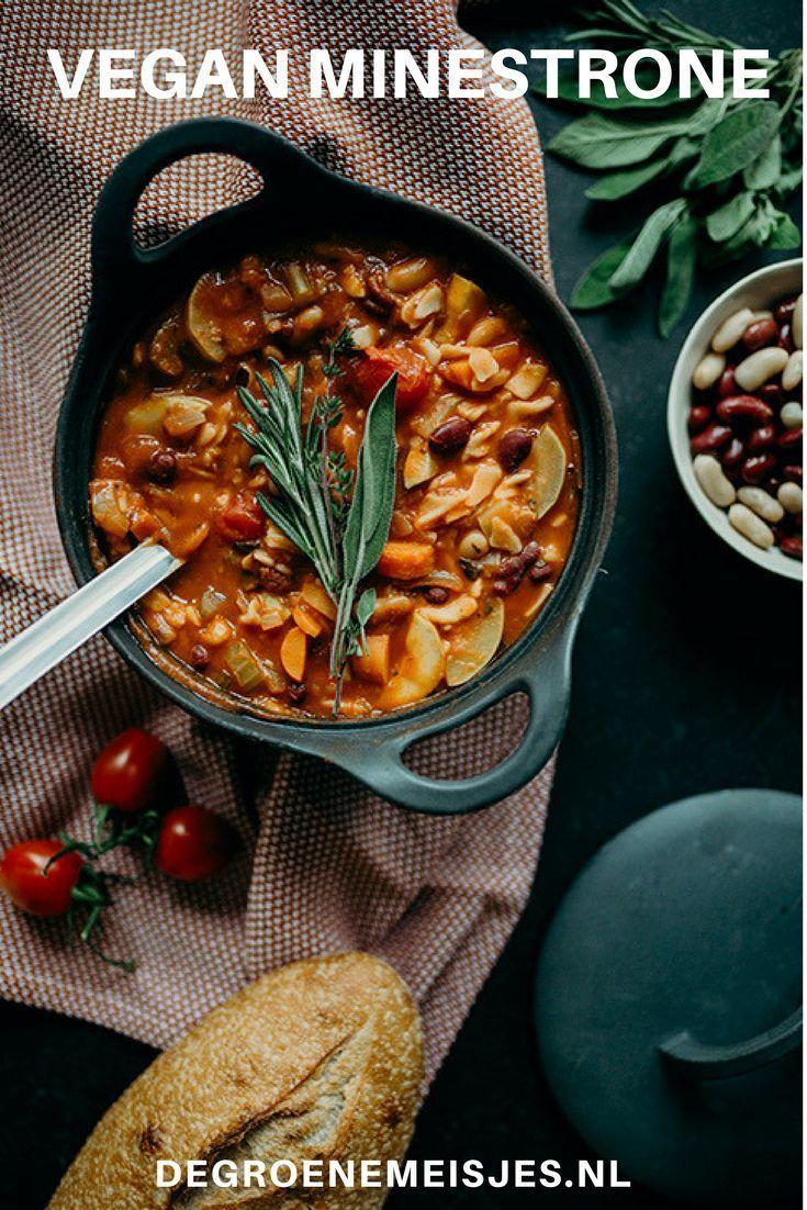 recept voor vegan minestrone soep. Perfect voor koude dagen. Met o.a. pasta, courgette, passata, wortels bonen en meer. #soep #minestronesoup #vegan  #veganfood #veganrecipes