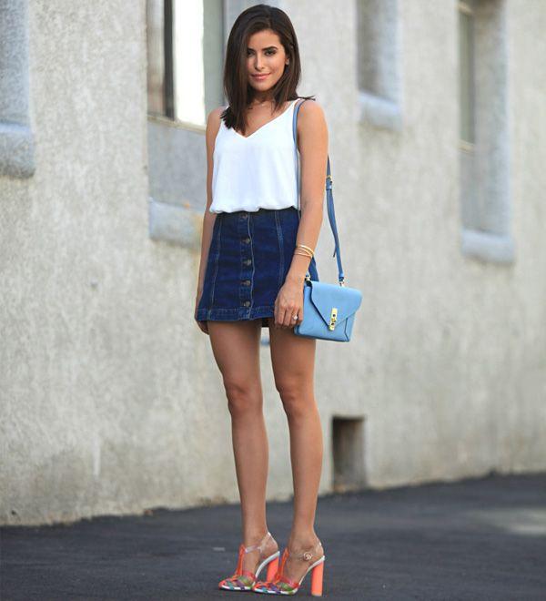Look da blogueira Sazan Hendrix com regata branca e saia jeans.