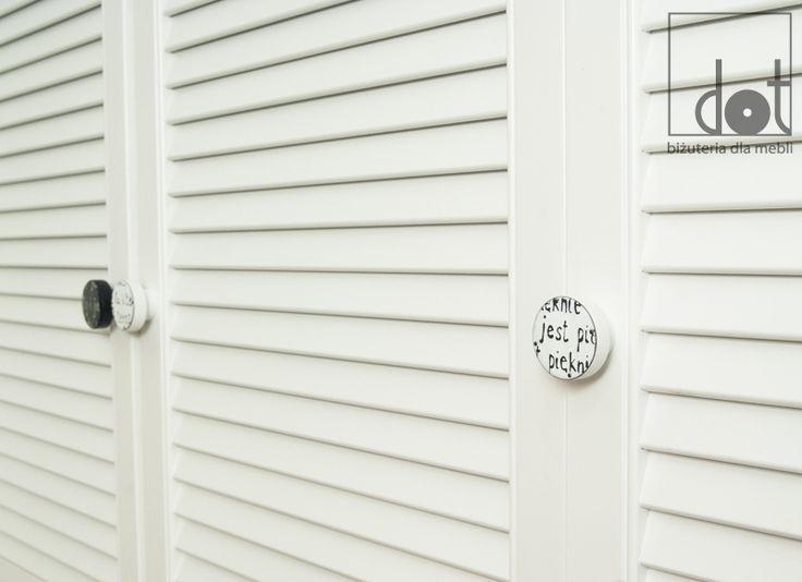 Gałki emaliowane na białej szafie - przedpokój  https://www.dotgalki.pl/pl/c/Galki-emaliowane/20