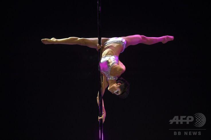 中国・北京で行われたポールダンス世界選手権の決勝戦で演技を披露する中国の選手(2015年4月12日撮影)。(c)AFP/WANG ZHAO ▼14Apr2015AFP|ポールダンスは「スポーツ」、五輪種目への採用訴え 中国 http://www.afpbb.com/articles/-/3045276 #Pole_dance