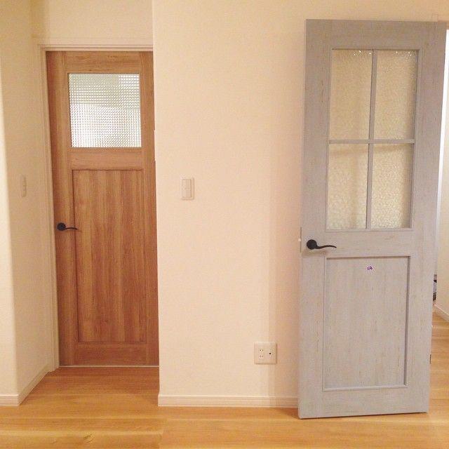 #マイホーム このドアふたつともすき♥︎ 両方リクシルのファミリーラインパレットです。 標準のドアから変更したけど、プラス料金とられず逆に少し安くなりました^ ^ 左のドアはランドリールームのドア。 だからガラスの部分が小さめ。 右は、玄関からリビングに入ってくるドア。 光をたくさん入れたいから大きいガラスにしました。 #マイホーム建築中#マイホームメモ いよいよ明日#引き渡し#リクシルドア#ファミリーラインパレット#ブルーグレー#マイホーム建設中#インテリア#フレンチナチュラル#フレンチシャビー#フレンチシック#おうちづくり#ドア