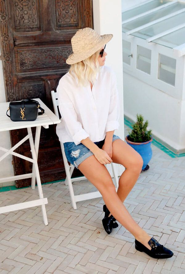 Street style look com camisa branca, shorts jeans e mocassim.
