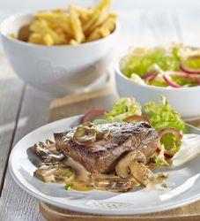 Biefstuk met champignonsaus, krulandijvie en versgebakken frietjes - Recept » Colruyt Culinair