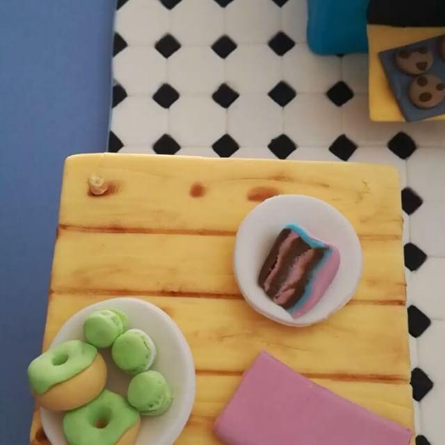 Minikitchen!!! #kitchen #cocina #fondant #sugarpaste #miniature #miniatura #cake #bake #macaron #donouth #dough #cookies #rollingpin #modelling floor #torta #tarta #pastel #cupcake #galleta #rodillo #oven #horno #hornear #masa #mixer #amasadora