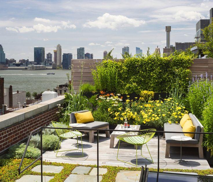 トライベッカに建つロフトハウスの眺めの良い屋上庭園