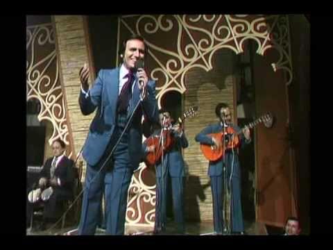 'Mi carro', canción del cantante popular Manolo Escobar.  El concepto de 'carro' en España no es lo mismo que se entiende por 'carro' en los paises hispanos, que significa 'coche'.