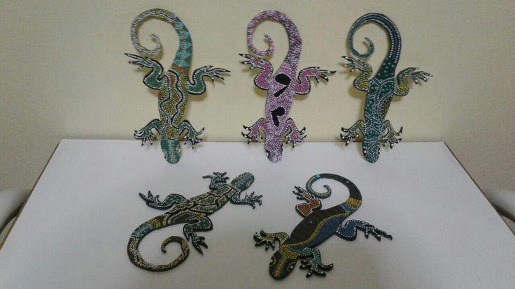 iguanas de madera pintadas con la tecnica del puntillismo.. para decoracion