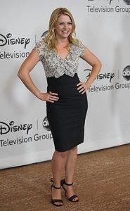 Melissa Joan Hart wears black eyeliner perfectly on the red carpet
