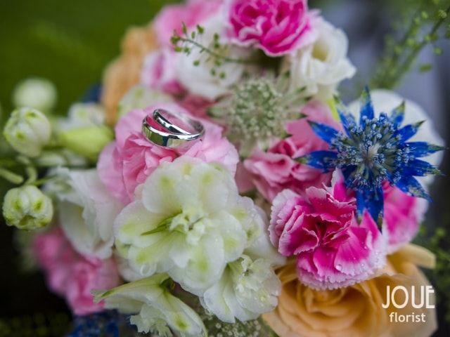 Malá letní svatba v přírodě, snubní prsteny na kytici