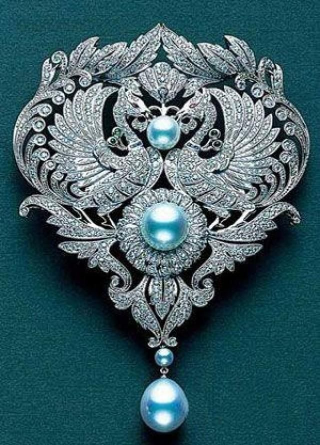 Diamond brooch with Mikimoto Pearls.