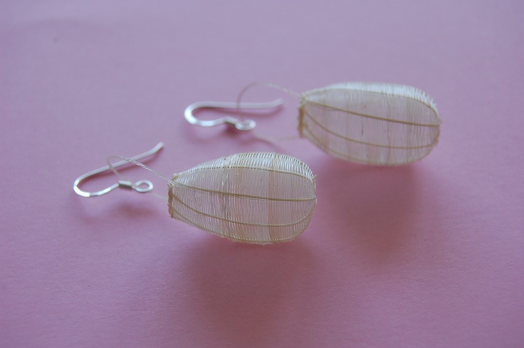 Medium Cocoon earring in mane (horse hair) and silver. Color: Natural raw.