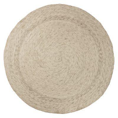 Braid teppe fra Bloomingville. Et flott, rundt teppe som er dekorert med små fletter i et sirke...