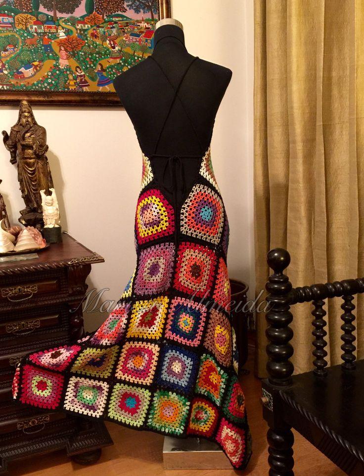 Vestido em quadrados coloridos de crochet, decote profundo nas costas e alças em cordão de tricot.  Comprimento longo, tamanho P.  Não acompanha forro.  Sob encomenda, tempo para execução e entrega de 25 dias úteis.