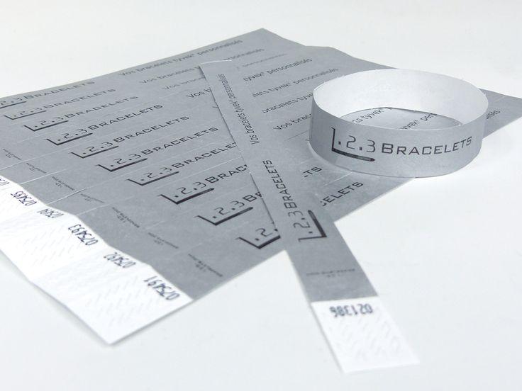 Bracelet Tyvek personnalisé au nom de l'entreprise : 123 Bracelets. Modèle indéchirable de couleur gris clair facilement ajustable au poignet. Commandez vos futurs bracelets d'identification sur 123 Bracelets !
