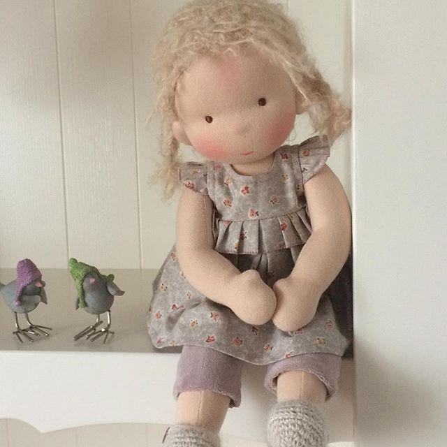 Любовалась недавно такой малышкой : светлая кожа, светлые волосы , просто зефир , а не ребенок . И решила сшить такую куколку . Она сделана по другой выкройке, ручки и ножки полусогнуты и есть попа, на которой удобно сидеть)) Кукла подойдет для маленьких , так как прическа закреплена , не будет выглядеть неряшливо , если ребенок еще не умеет ухаживать за длинными волосами. У нее есть еще кофточка, шапочка и бактус ) Кукла свободна , пишите ) I admired recently such a baby: light skin, blond…
