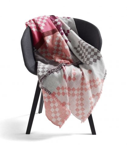 Mega knit throw by Hay.   http://hayshop.dk/products/77-quilts/309-mega-knit/