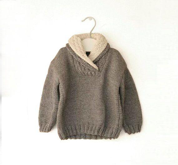 Main de pull enfant garçon hiver pull tricoté en fil 100 % laine. La couleur est gris foncé avec une crème au col. Très chaud pour l'hiver.  FABRIQUÉ SUR COMMANDE Faut 2 semaines pour être prêt  Si vous voulez, vous pouvez choisir une autre couleur, il suffit de m'envoyer un message.