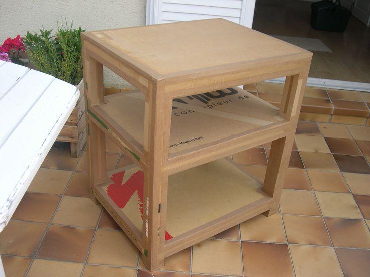Console en carton de récupération permettant d'exposer dans différents lieux grâce à sa légèreté et sa solidité.