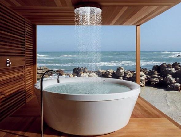 Piscina com água de chuva natural para tomar banho...