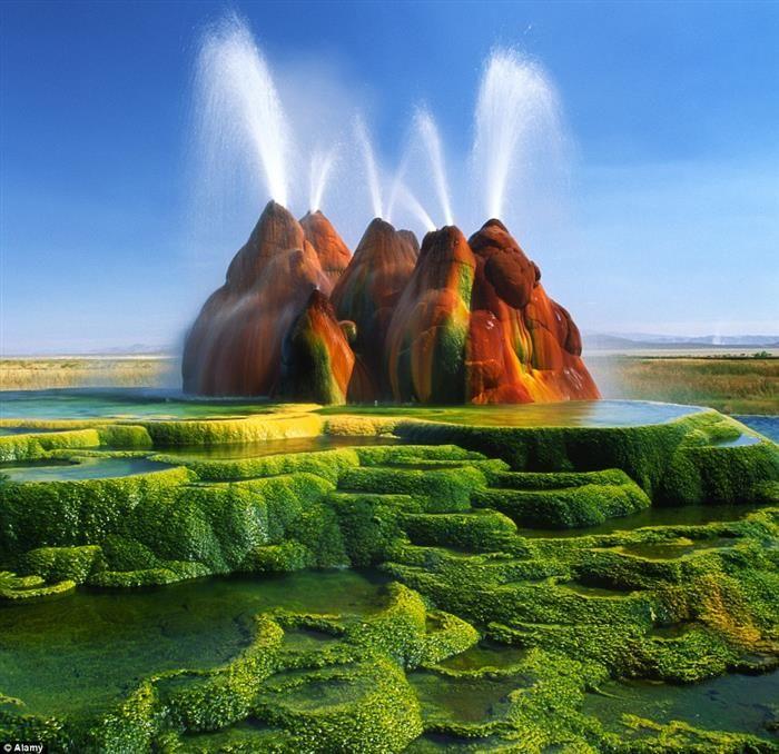 Fly Geysers, EU. Parece um cenário de filme ou até mesmo uma montanha de parque de diversões, mas essas formações são naturais. Além de estranhas, estão constantemente soltando grandes jatos que chegam a até 5 metros de altura. Localizadas no estado de Nevada, as Fly Geysers se tornaram um dos principais pontos turísticos da região.