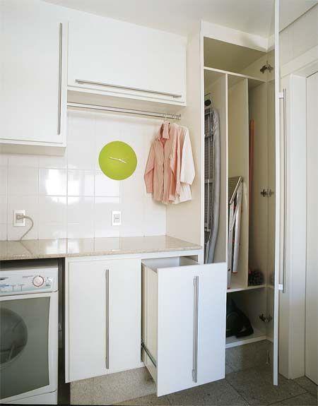 Nada de aperto na lavanderia - Casa  Roupas sujas e limpas ficam nos dois gavetões encomendados à Kitchens, que fez os armários planejados. Acima do balcão, uma arara recebe as roupas já passadas.