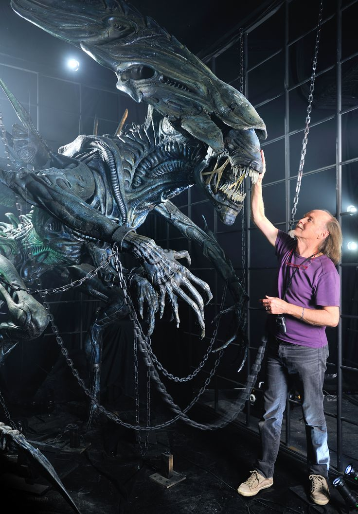 Dan Ohlmann and the Alien Queen model from #AlienVsPredator (2004) restored for an exhibition in Lyon, France