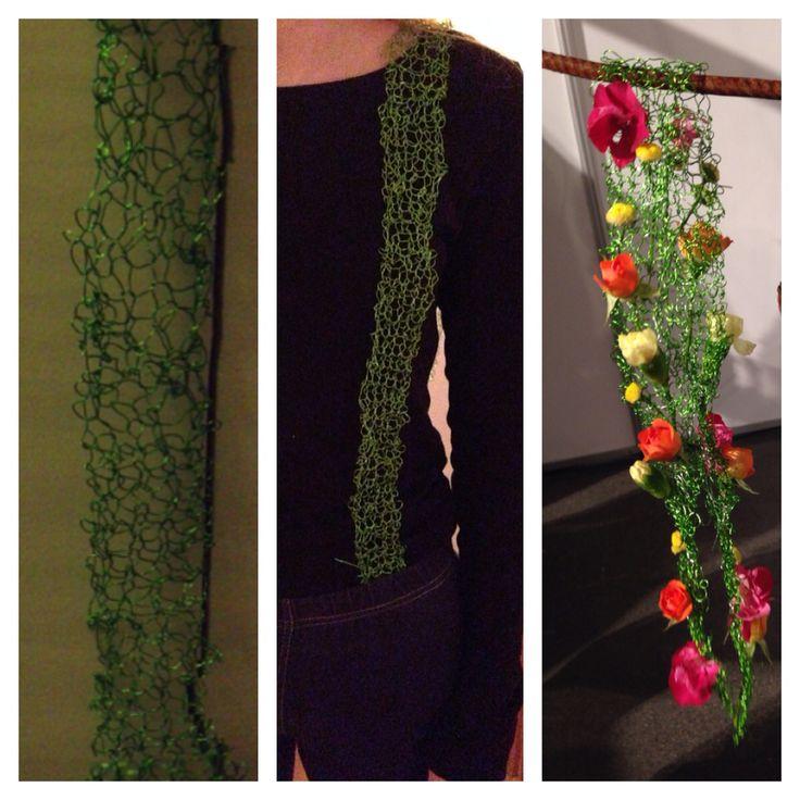 Bukseseler strikket av ståltråd. Skulle egentlig være noen andre blomster, men de ble for store.